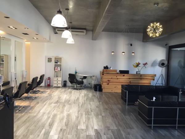 The back stage hair studio salón